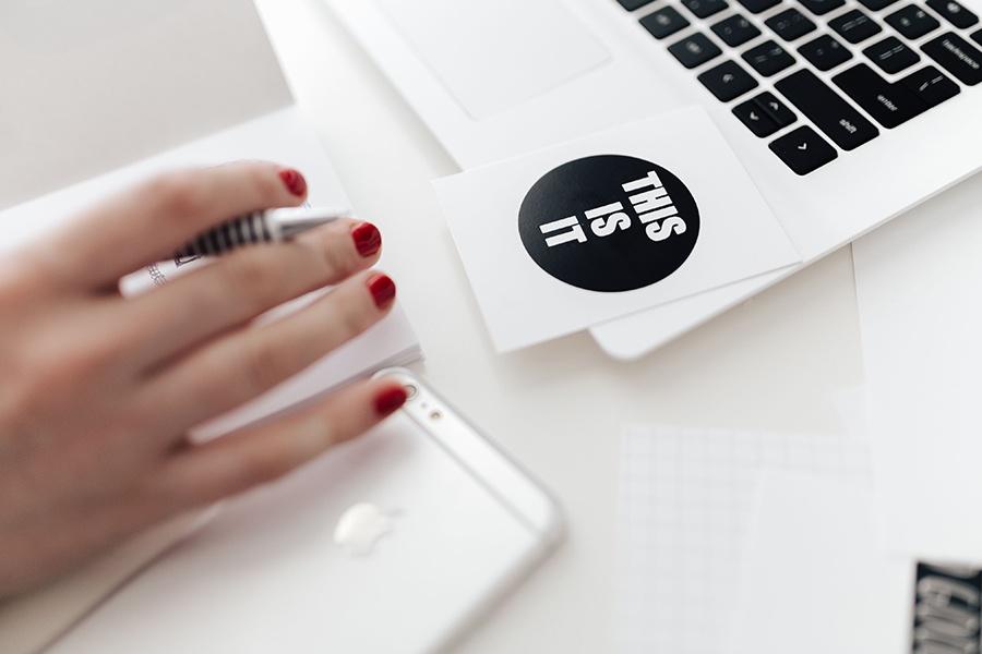 3-bra-tips-till-den-skrivande-webbredaktörn-skriva-på-dator